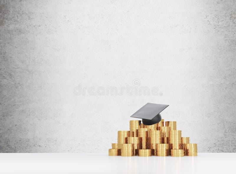 Il cappello di graduazione sta mettendo sulla piramide delle monete fotografia stock