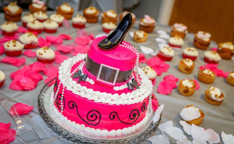 Il cappello ha modellato la torta di compleanno con la scarpa della pompa di Chlorofram come corona immagini stock