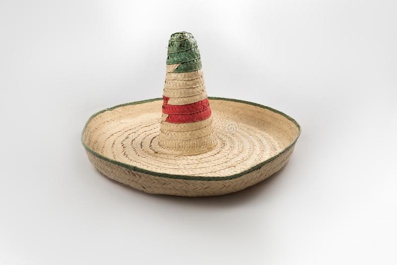 Il cappello messicano del sombrero della paglia su fondo bianco isolato fotografia stock libera da diritti