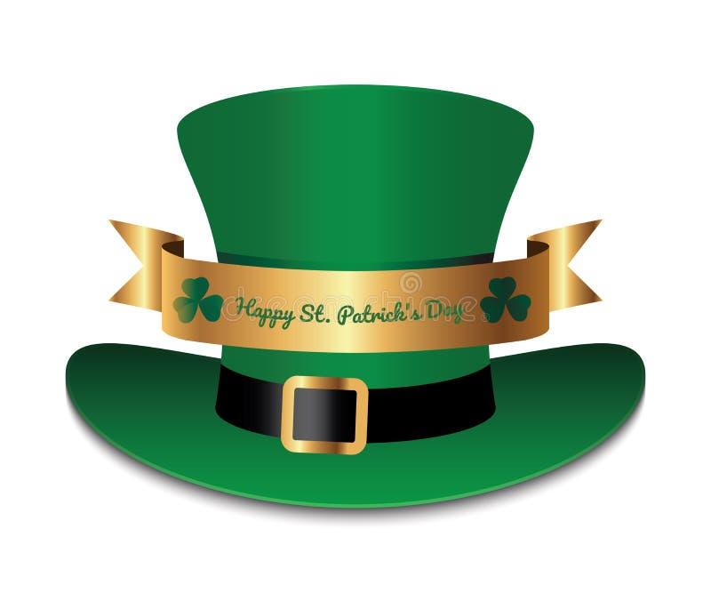 Il cappello verde con il nastro ed il trifoglio dell'oro copre di foglie fotografie stock libere da diritti
