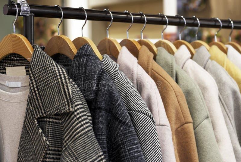 Il cappotto delle donne su un gancio in un negozio di vestiti immagine stock libera da diritti