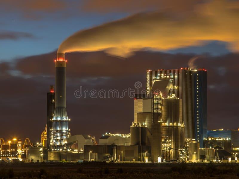 Il carbone ha alimentato la centrale elettrica alla notte in porto di Rotterdam immagine stock libera da diritti