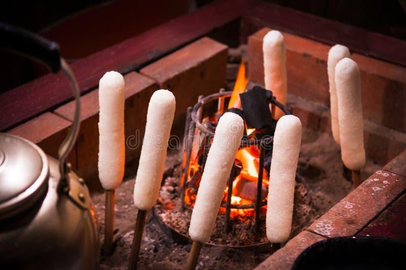 Il carbone ha grigliato Kiritanpo, alimento locale di Akita, Tohoku, Giappone immagini stock libere da diritti