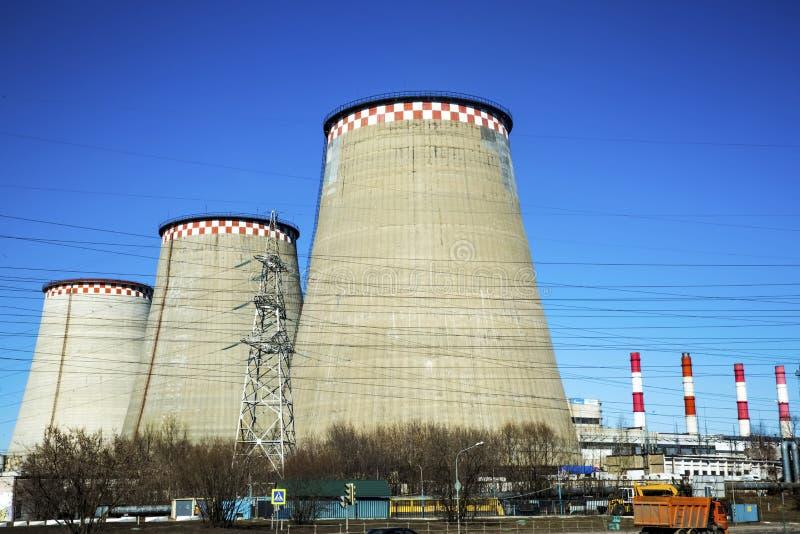 Il carbone ha infornato la centrale elettrica con le torri di raffreddamento che scaricano il vapore nell'atmosfera immagine stock libera da diritti
