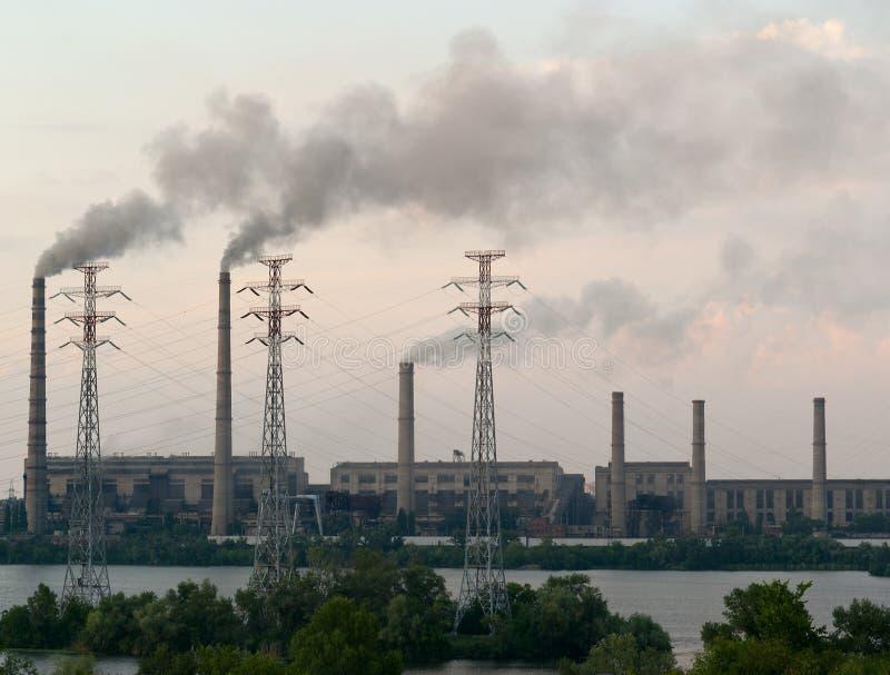 Il carbone ha infornato la stazione di energia elettrica al lato di un fiume immagini stock libere da diritti