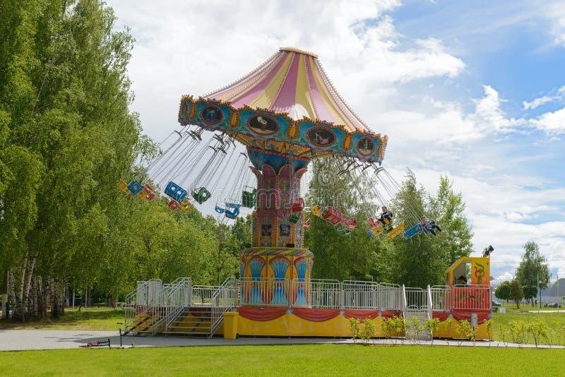 Il carosello dei bambini nel parco un giorno di estate Ceboksary La Russia immagini stock libere da diritti