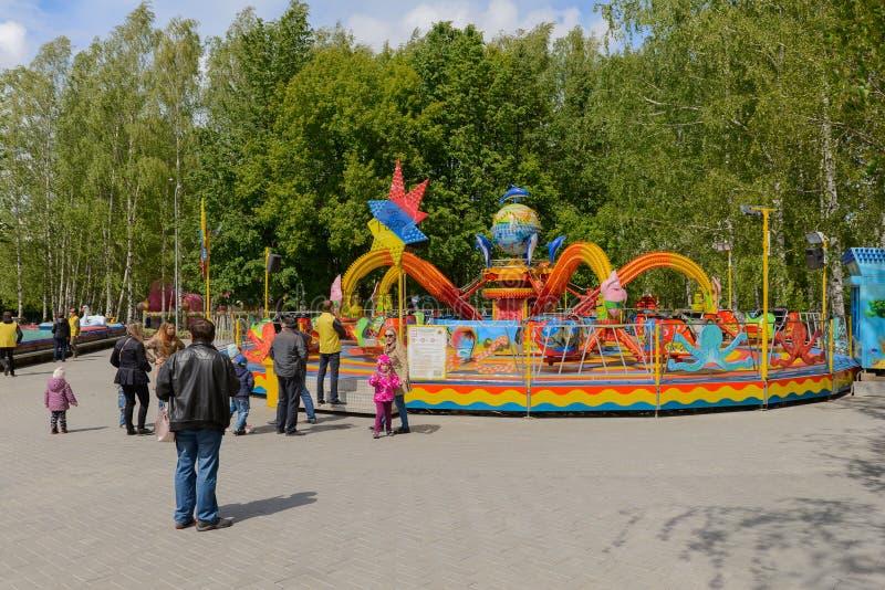 Il carosello dei bambini nel parco un giorno di estate Ceboksary La Russia fotografie stock libere da diritti