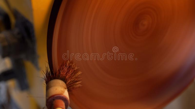 Il carpentiere dipinge il piatto di legno dalla spazzola fotografia stock libera da diritti