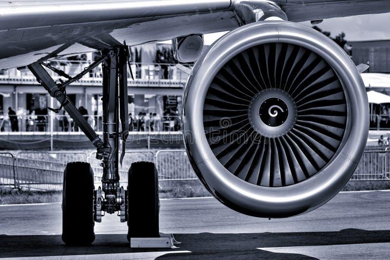 Il carrello di atterraggio ed il motore di turboventola dell'aereo di linea del passeggero fotografia stock libera da diritti