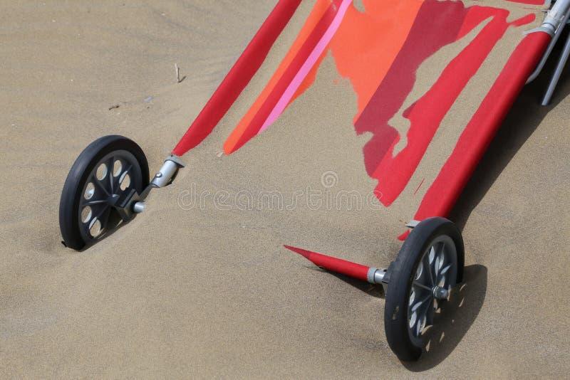 il carrello per il trasporto sulla spiaggia è sommerso dalla sabbia fotografia stock