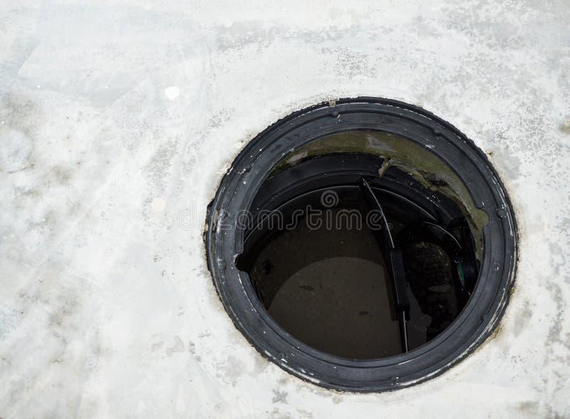 Il carro armato di trattamento delle acque reflue è aperto fotografia stock libera da diritti