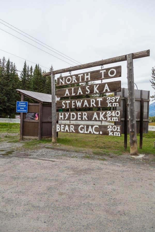 Il cartello all'incrocio tra Highway 16 e Highway 37 a Hyder, Alaska, Stati Uniti fotografia stock libera da diritti
