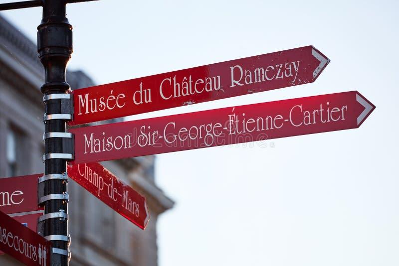 Il cartello rosso che indica musee du chateau ramazay, signore George Etienne del maison più cartier ed il campione de guasta le  fotografie stock