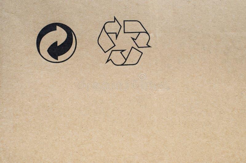 Il cartone con ricicla i simboli fotografie stock libere da diritti
