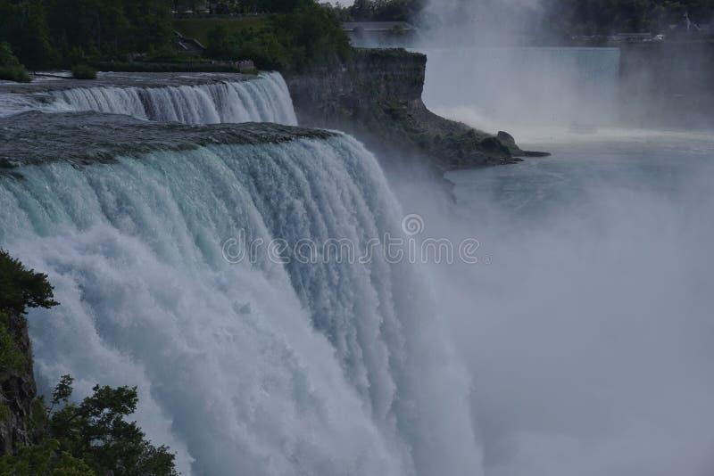 Il cascate del Niagara dal lato americano, vista dal parco di stato di Niagara sull'americano cade, cadute nuziali di velo, isola fotografie stock libere da diritti