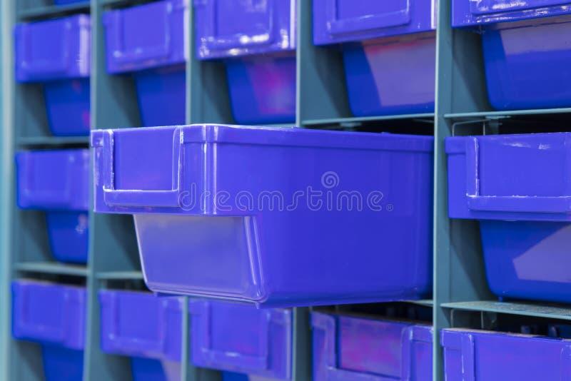 Il cassetto di plastica per la conservazione parte la i fotografia stock