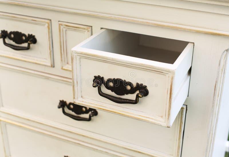 Il cassettone di legno d'annata con le maniglie nere del metallo si apre fotografie stock libere da diritti