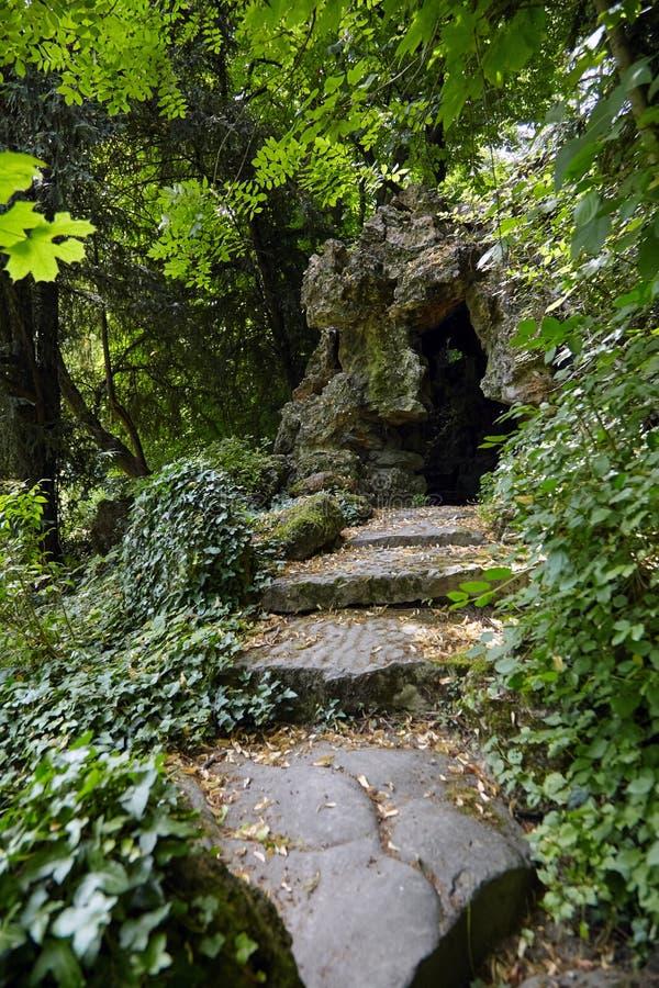 Il castello de Monte Cristo Park di Alexandre Dumas, dei punti di pietra e della grotta, giardino fotografie stock