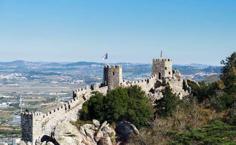 Il castello del attracca (portoghese: DOS Mouros di Castelo) nel comune di Sintra fotografie stock