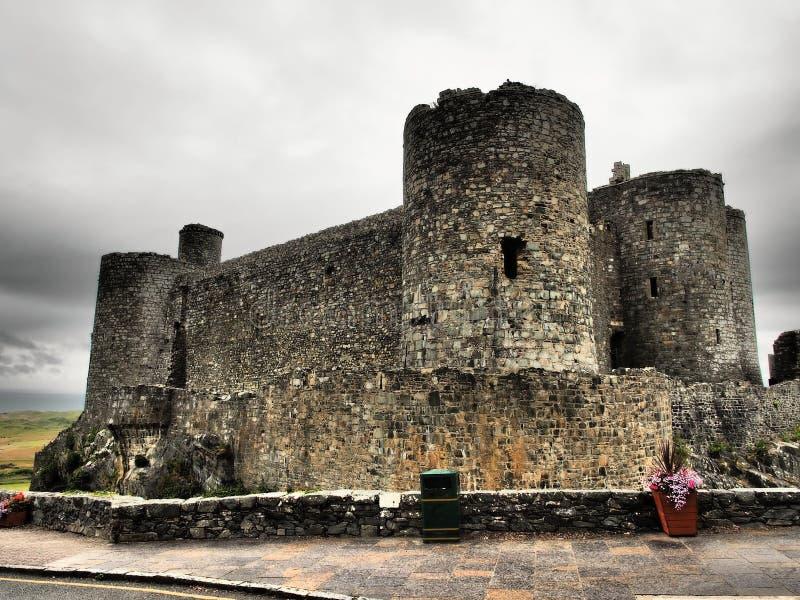 Il castello di Harlech situato rovine-spettacolare sembra svilupparsi naturalmente dalla roccia su cui si appollaia Come un tutto fotografia stock