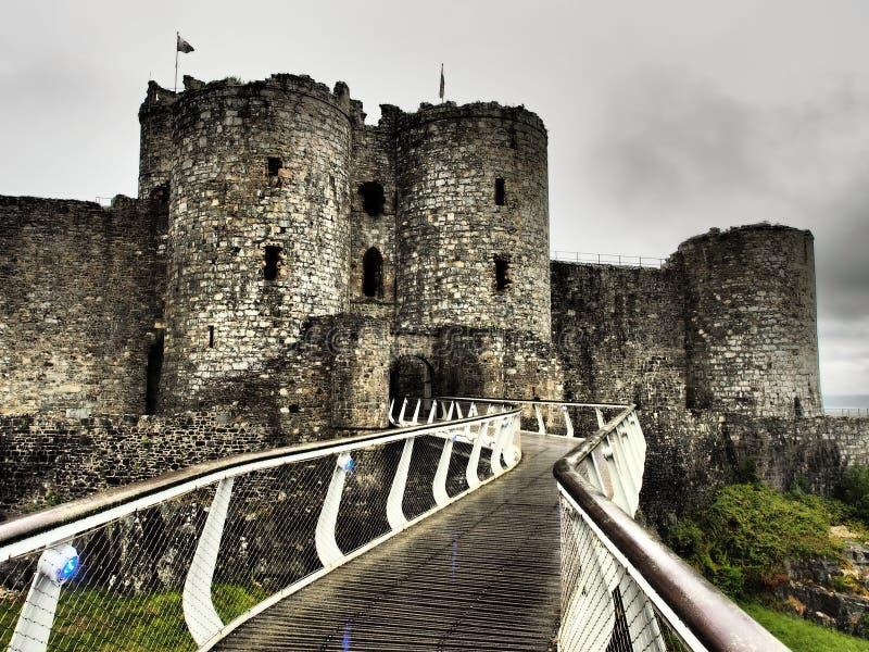 Il castello di Harlech situato rovine-spettacolare sembra svilupparsi naturalmente dalla roccia su cui si appollaia Come un tutto fotografie stock libere da diritti