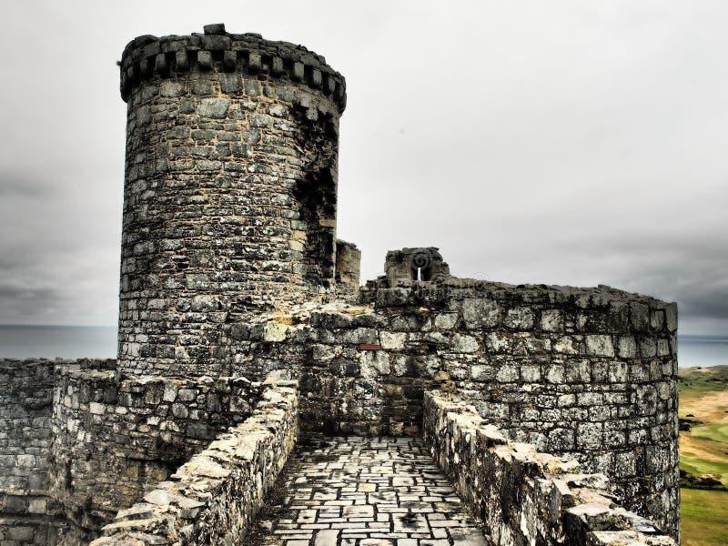 Il castello di Harlech situato rovine-spettacolare sembra svilupparsi naturalmente dalla roccia su cui si appollaia Come un tutto fotografia stock libera da diritti