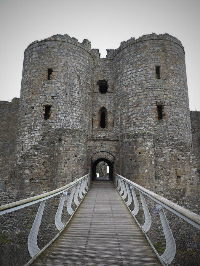 Il castello di Harlech situato rovine-spettacolare sembra svilupparsi naturalmente dalla roccia su cui si appollaia Come un tutto fotografie stock