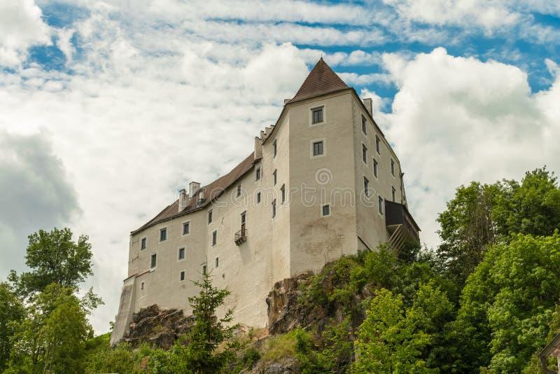 Il castello di Karlstein su una roccia ripida immagini stock libere da diritti