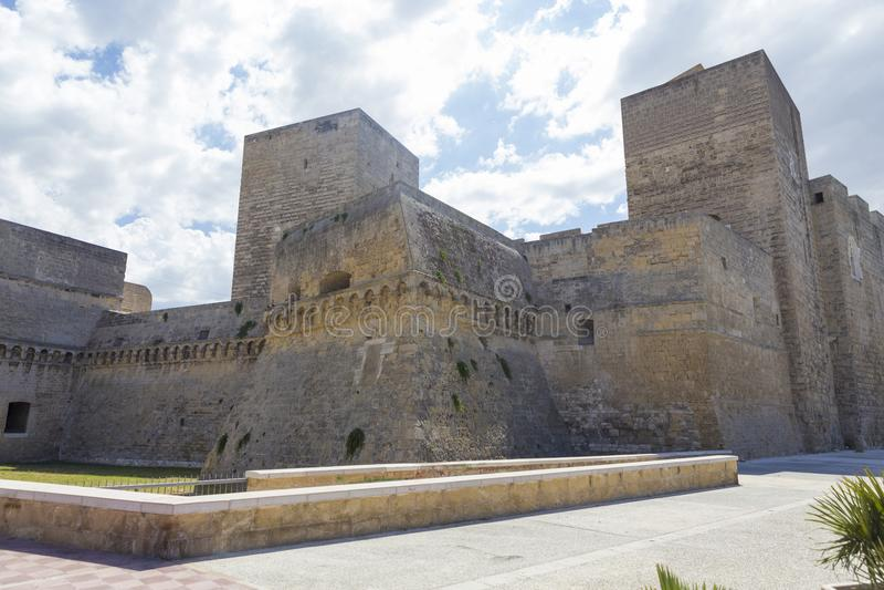 Il castello di Castello Normanno-Svevo e la fossa della difesa immagine stock