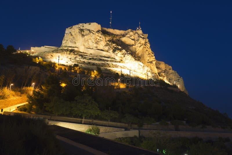 Il castello di Santa Barba si è illuminato alla notte in Alicante immagine stock libera da diritti