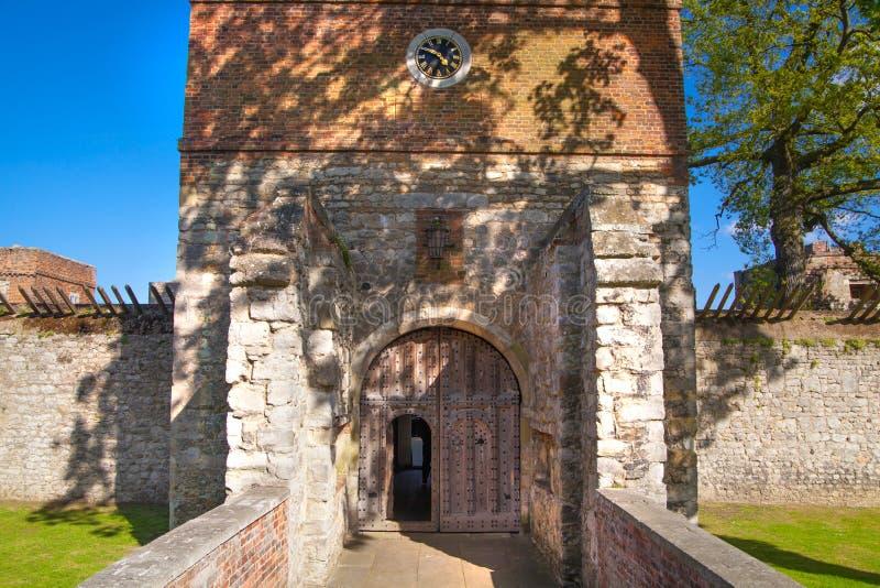 Il castello di Upnor è una fortificazione elisabettiana dell'artiglieria situata sulla sponda ovest del fiume Medway in Risonanza immagini stock