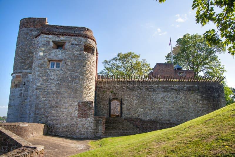 Il castello di Upnor è una fortificazione elisabettiana dell'artiglieria situata sulla sponda ovest del fiume Medway in Risonanza fotografia stock