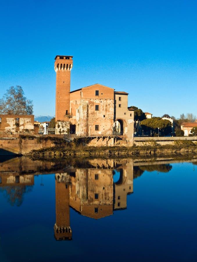 Il castello ha riflesso nel fiume del Arno immagini stock libere da diritti