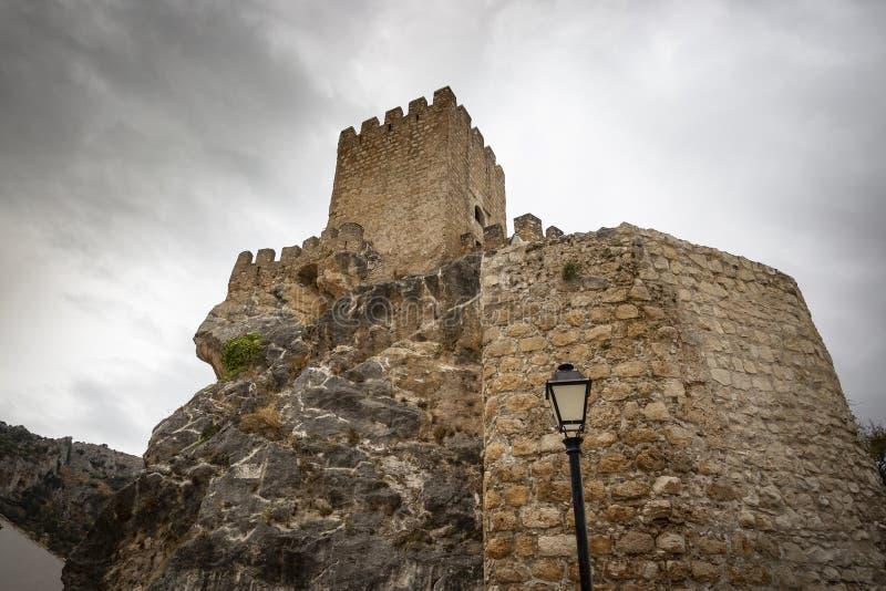 Il castello medievale del villaggio di Zuheros fotografia stock