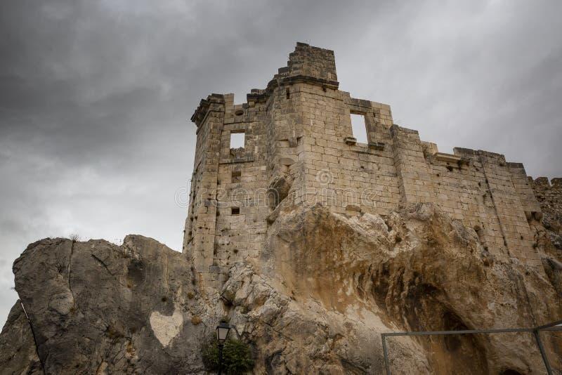 Il castello medievale del villaggio di Zuheros immagini stock
