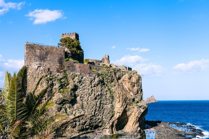 Il Castello Normanno nella città di Aci Castello, Sicilia immagine stock libera da diritti