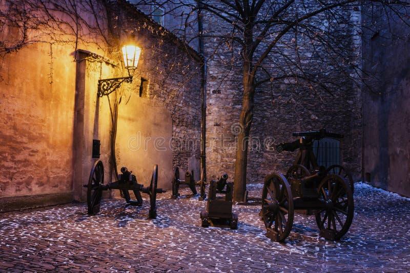 Il castello storico d'angolo scuro con il cannone si è acceso dalla lampada storica fotografia stock libera da diritti
