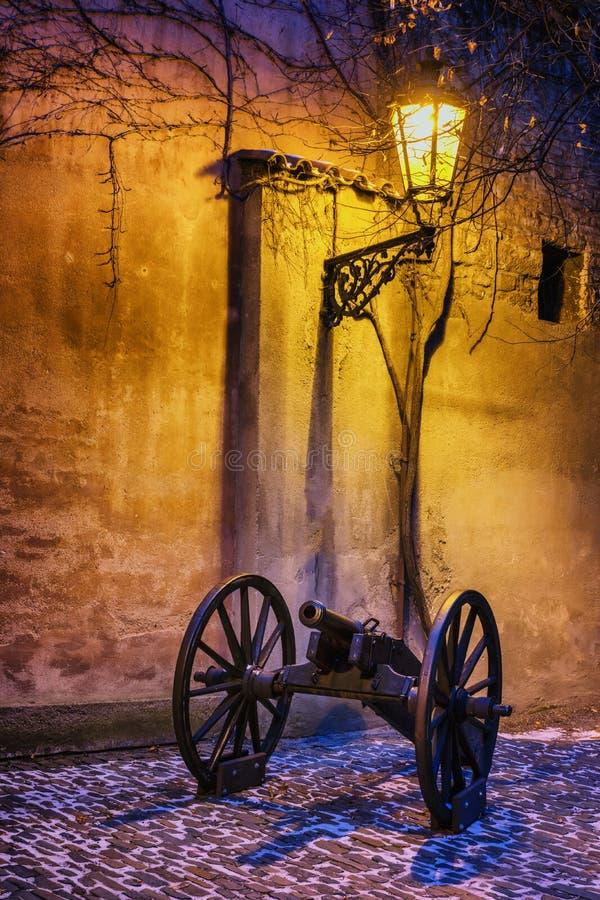 Il castello storico d'angolo scuro con il cannone si è acceso dalla lampada storica immagine stock libera da diritti