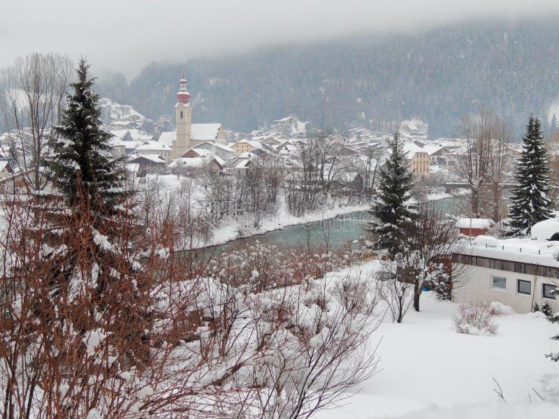 Il cattivo fiume della locanda attraversa il villaggio nevoso di Pfunds, Tirolo, Austria immagine stock