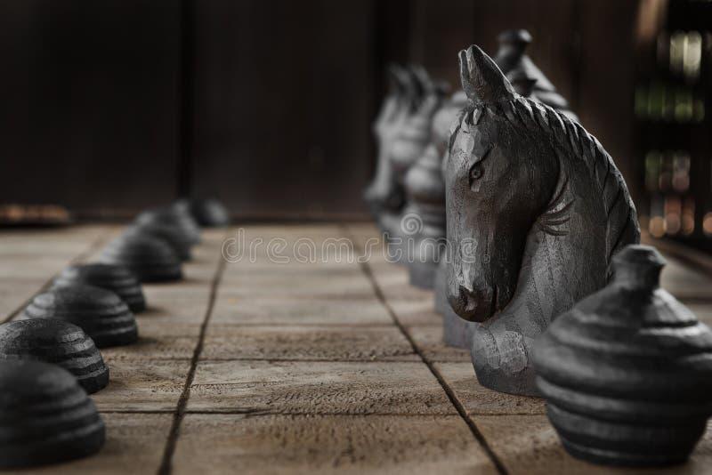 Il cavaliere bianco sulla scacchiera di legno fotografia stock