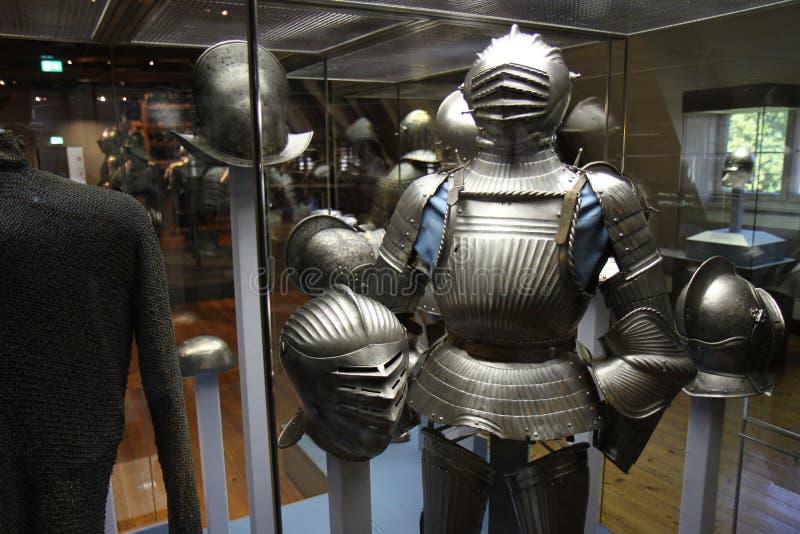 Il cavaliere con i suoi caschi ed armatura immagini stock