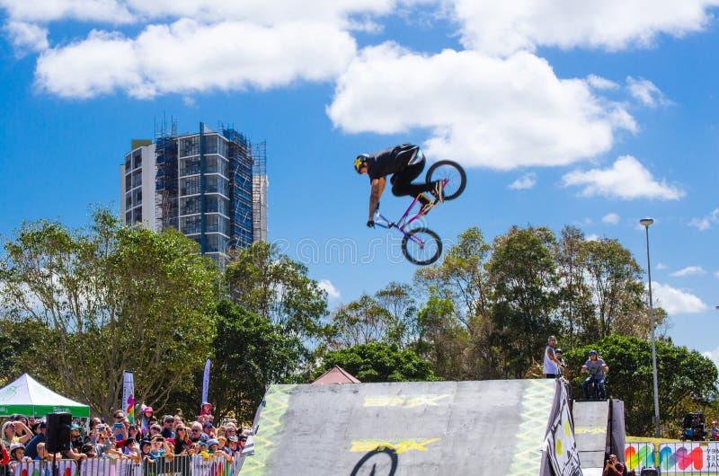 Il cavaliere di BMX che eseguono i trucchi ed i salti sopra una rampa a Sydney Park ciclano il centro fotografie stock