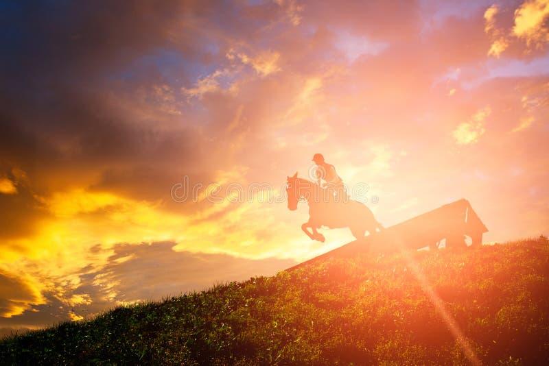 Il cavallo che salta sopra un ostacolo immagini stock