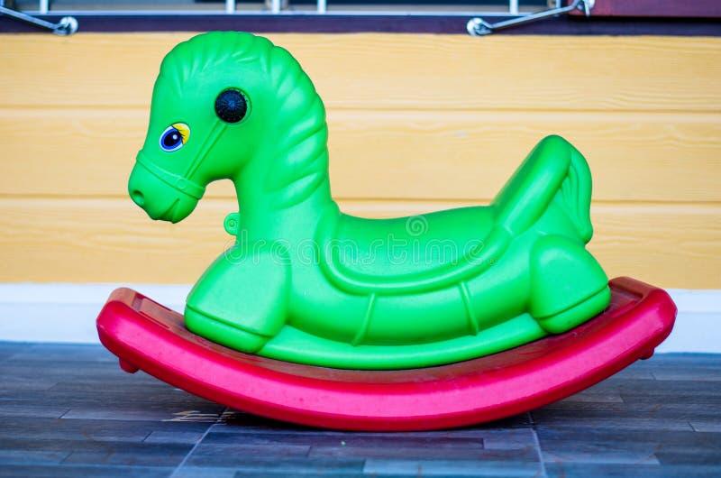 Il cavallo verde del giocattolo fotografie stock