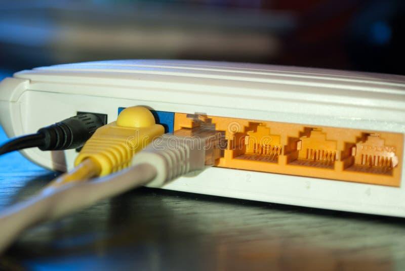 Il cavo di Internet della rete inserisce il router di wifi immagini stock