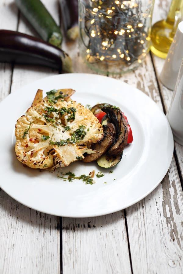 Il cavolfiore con i funghi ha cotto le patate Cottura vegetariana fotografie stock