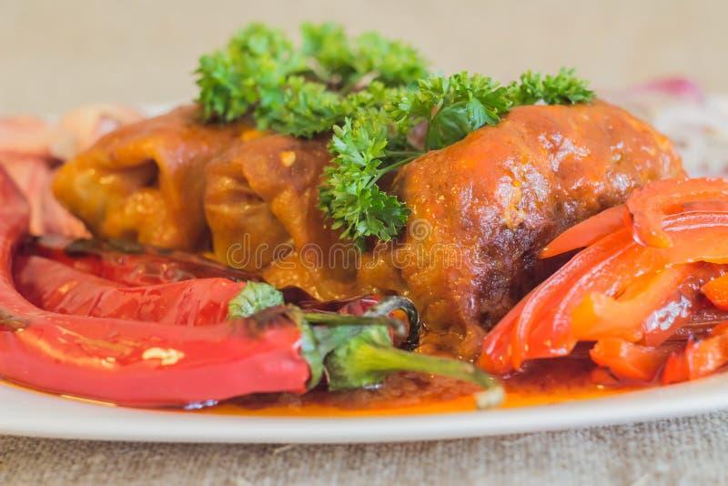 Il cavolo farcito al forno sotto salsa da kefir e dai pomodori fotografie stock libere da diritti