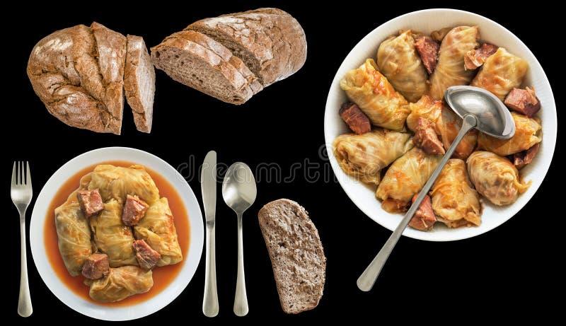 Il cavolo marinato ha farcito Rolls servito con pane integrale scuro isolato su fondo nero fotografia stock
