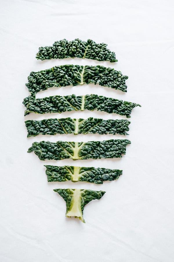 Il cavolo organico di verde fresco di taglio va su fondo bianco top fotografia stock