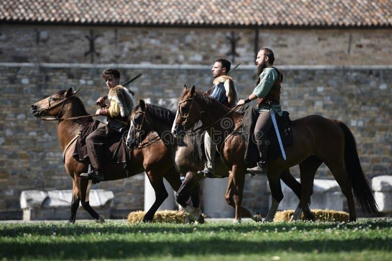 Il celtico knights i cavalli da equitazione in costumi tradizionali immagine stock libera da diritti